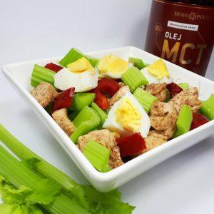 Sałatka z selerem naciowym, kurczakiem i jajkiem
